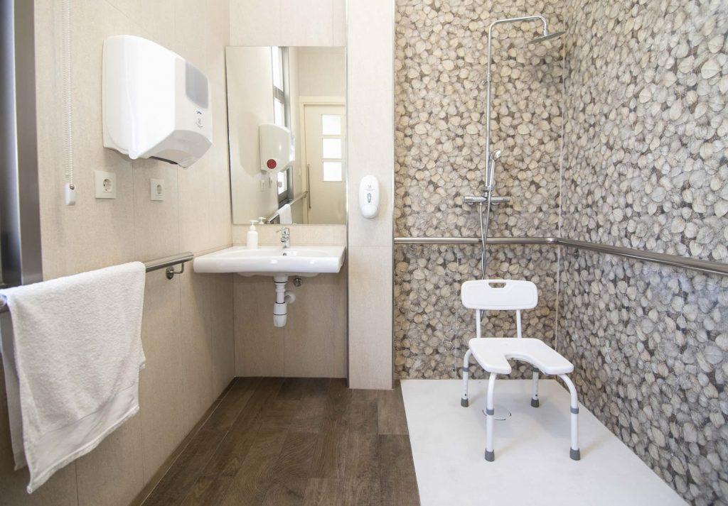 Baños completamente accesibles para personas dependientes
